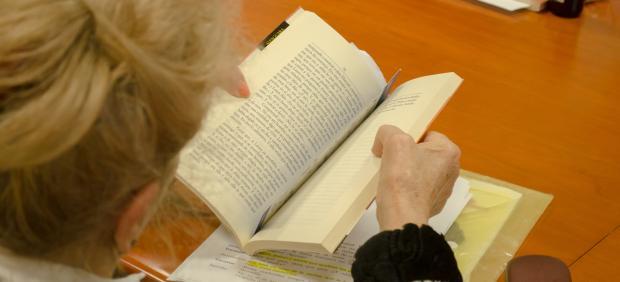 Una mujer leyendo.