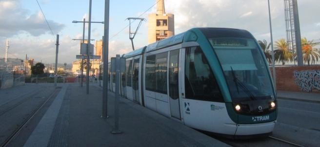 Tranvía del Trambesòs en la estación de Sant Adrià, Barcelona.