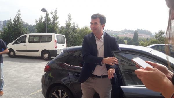 Gonzalo Caballero, secretario xeral del Partido Socialista de Galicia (PSdeG), llegando este jueves a la sede socialista en Santiago en la que ofreció una rueda de prensa.
