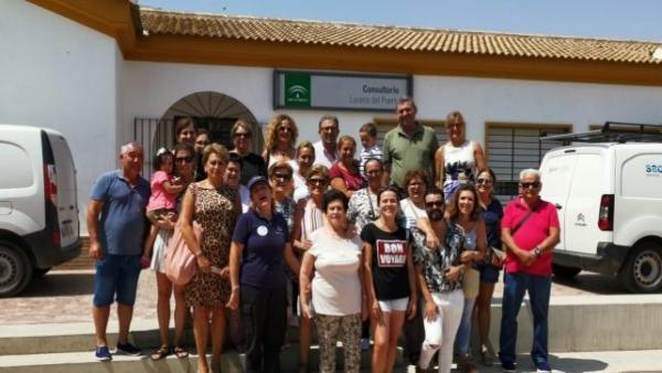 El secretario general del PSOE de Lucena y concejal, David Vivas, en la puerta del centro de salud.