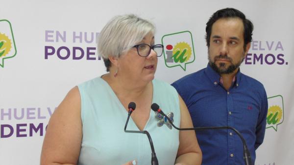 Los concejales de Adelante Huelva, Mónica Rossi y Jesús Amador.