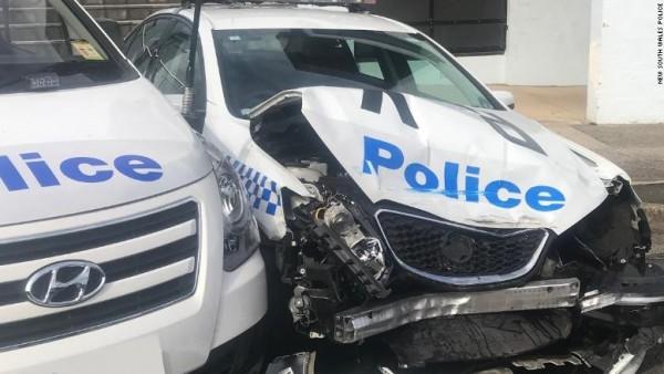 Coche de la policía australiana chocado