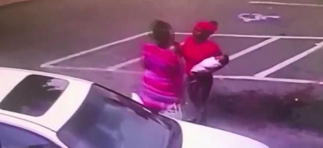 Las dos mujeres instantes antes de que comience la pelea