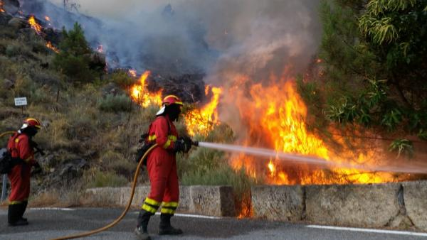 Imagen de archivo de bomberos sofocando un incendio en el sur de la provincia de Ávila.
