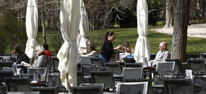 Hosteleros, hostelero, hostelería, camareros, camarero, camarera, personas trabajando, trabajo, trabajador, trabajadores, paro, parados, bar, bares, sentarse, sentar, sillas, tomar algo, terraza, terrazas, parques, parque