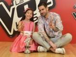 Melani García junto a Melendi tras ganar la cuarta edición de 'La Voz Kids'