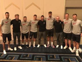 Andrés Iniesta, David Villa y Sergi Samper se reencuentran con la plantilla del Barcelona
