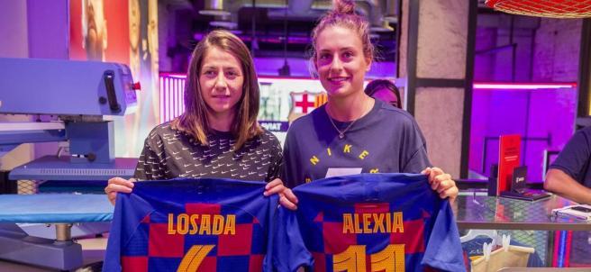 Vicky Losada y Alexia Putellas, con sus camisetas estampadas