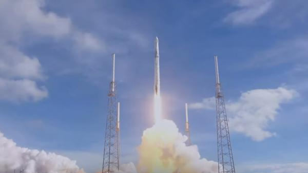 Despegue del cohete 'Falcon 9' de SpaceX con la cápsula 'Dragon'