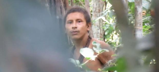Un miembro de la tribu Awá descubre que está siendo observado.