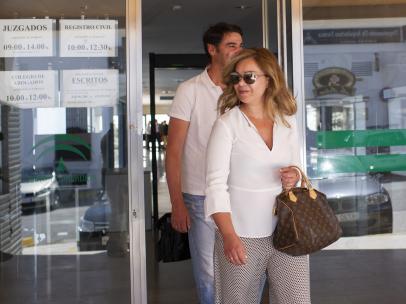 María José Campanario, saliendo con su marido del hospital.
