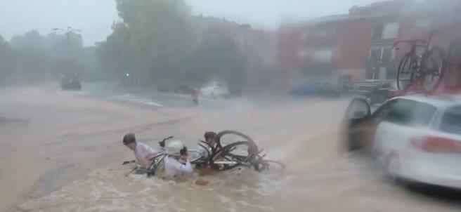 Caída múltiple de un equipo ciclista por una enorme balsa de agua