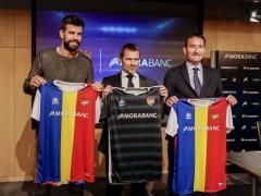 Gerard Piqué, a la izquierda, en la presentación del acuerdo entre el FC Andorra y MoraBanc