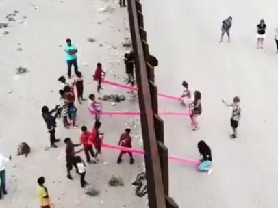 Balancín en el muro fronterizo entre México y EE UU