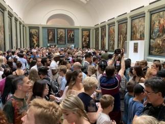 Turistas esperan su turno para ver a la Gioconda.