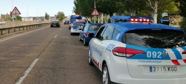 La policía con el coche interceptado en la VA-20.