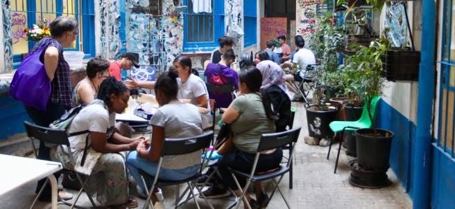 El patio de La Ingobernable, adornado por los miembros del colectivo.