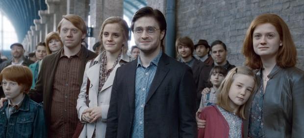 Harry Potter observa como sus hijos parten hacia Hogwarts en el andén 9 3/4.