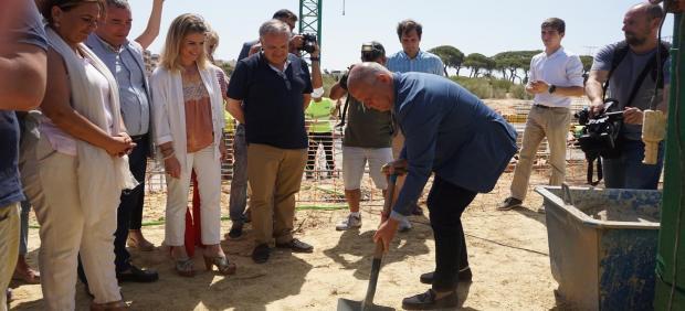 Imbroda poniendo la primera piedra de un nuevo colegio en Puerto Real