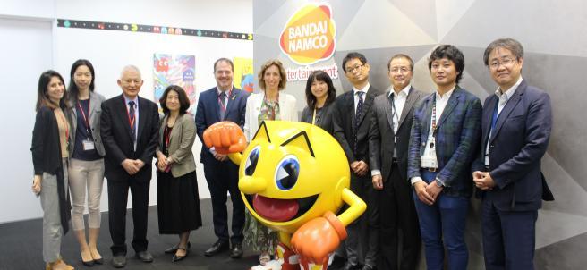 La consellera de Empresa de la Generalitat, Àngels Chacón, con representantes de Bandai Namco en la sede de la empresa en Japón