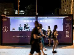 Barcelona instala un estand antimachista en el Front Marítim bajo el lema 'No es no'.