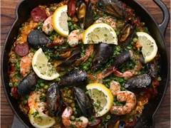 Paella con chorizo y cebolla