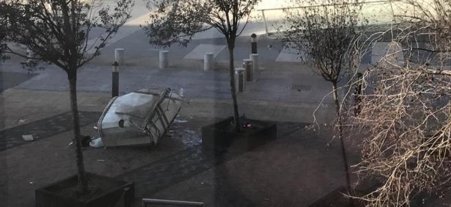 Góndola de la limpieza caída desde una de las Torres Kio de Madrid.