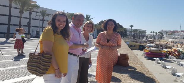 La diputada nacional, García Pelayo, junto con la portavoz del PP provincial y representantes municipales del Ayuntamiento