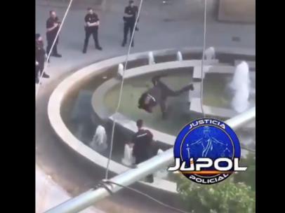 Un agente de policía salta sobre un individuo que portaba un machete.