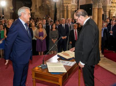 El socialista Javier Lambán promete su cargo como presidente del Gobierno de Aragón.