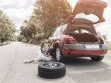 ¿Sabes cómo cambiar una rueda pinchada? Cinco pasos para conseguirlo