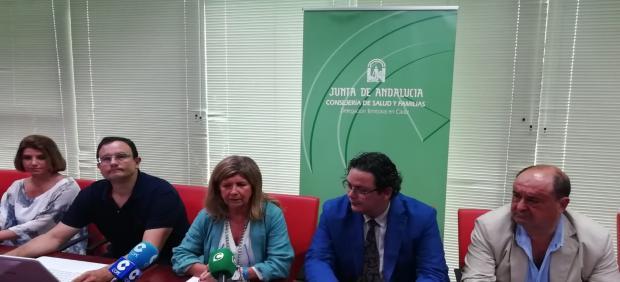 Isabel Paredes junto con el resto de acompañantes durante la rueda de prensa