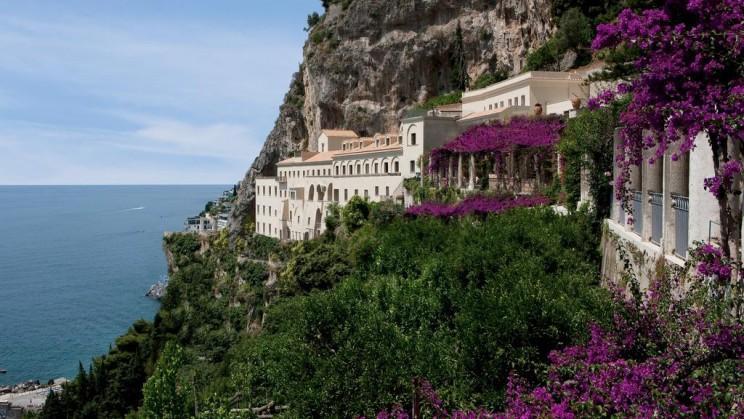 Una joya irrepetible. Hay lugares que cuentan con un atractivo especial y no cabe duda que el Hotel NH Collection Grand Hotel Convento di Amalfi es uno de ellos. No solo por su exterior, en lo alto de un acantilado, sino también por su maravilloso interior.