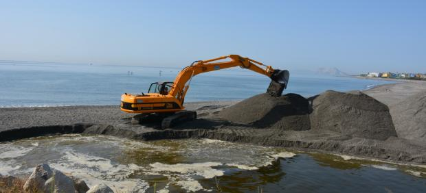 Maquinaria realizando labores de apertura de la bocana del río Guadiaro de San Roque