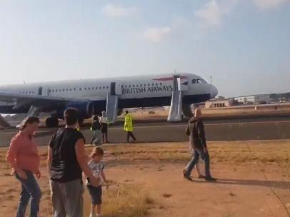 Imágen de la evacuación del avión de British Airways que ha protagonizado un incidente en el aeropuerto de Manises, tomada por uno de los pasajeros