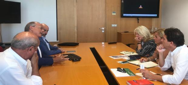 Los representantes de la Junta durante la reunión con la asociación Conde de Gazola