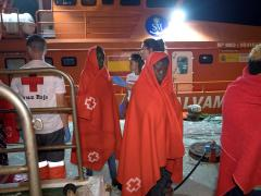 Cruz Roja asistiendo a migrantes llegados en patera