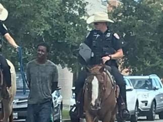 La policia lleva atado y a caballo a un hombre negro en Galveston, Texas (EEUU)