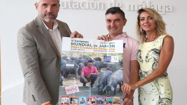 El vicepresidente de la Diputación, Juan Carlos Maldonado, presenta el certamen de jamón 'Popi' que se celebra en Estepona junto al organizador y la madrina del certamen