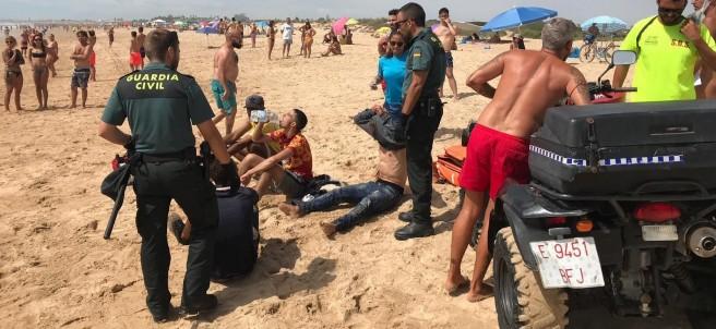 Una patera con inmigrantes llega a una playa de Cádiz ante numerosos bañistas