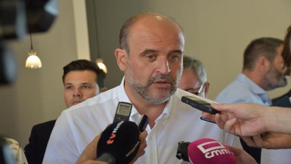 El vicepresidente del Gobierno de C-LM. José Luis Martínez Guijarro, atiende a los medios