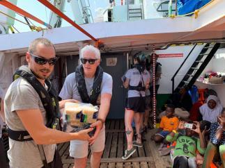 Richard Gere lleva alimentos al barco de Proactiva Open Arms