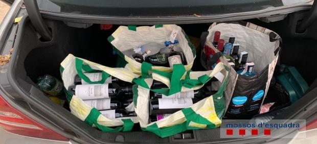 Botellas en el maletero de la pareja detenida.