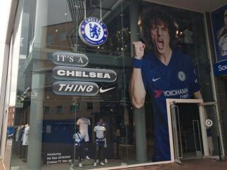 Imagen de la tienda del Chelsea con David Luiz
