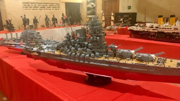 La maqueta del barco 'Yamato' que el artista  Mauricio Rodríguez Sevilla realizó hace 34 años integramente con piezas hehcas por él con cartón durante la exposición 'Toda una vida' que se lleva a cabo en Castrillo de la Guareña (Zamora)