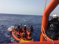 El Ocean Viking durante una maniobra de rescate.
