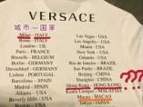 Vista de la parte trasera de la camiseta de Versace que ha generado la polémica