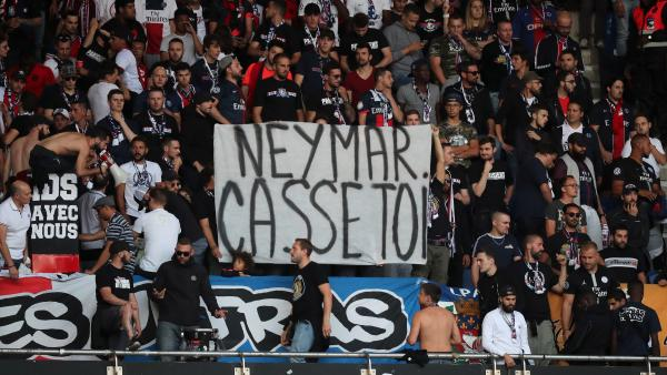 Pancarta contra Neymar en París
