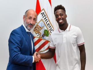 El presidente del Athletic Club de Bilbao, Aitor Elizegi, y el jugador Iñaki Williams