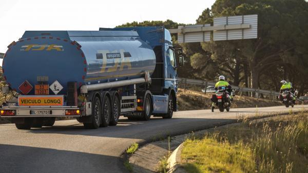 La policía portuguesa escolta a un camión cisterna.